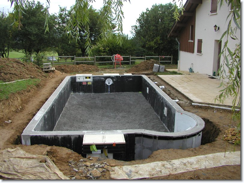 Montage construction piscine magiline piscines for Technique de construction piscine a debordement